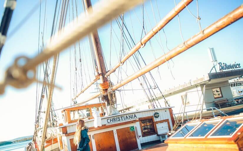 בתמונה: ספינת מפרש מעץ